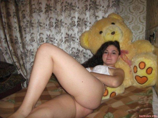 На личных фотках молодая жена облизывает ствол