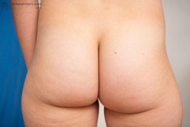 Шатенка с лохматой пиздой раздвигает половые губы