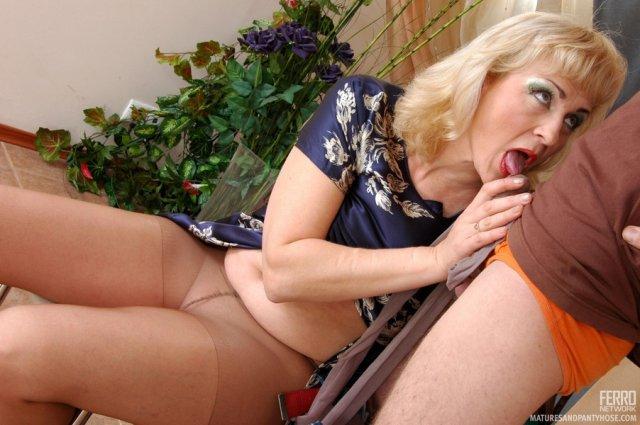 Зрелая мама совершает настоящий инцест с сыном