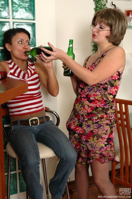 Пьяная мама ебёт дочь на столе по принуждению