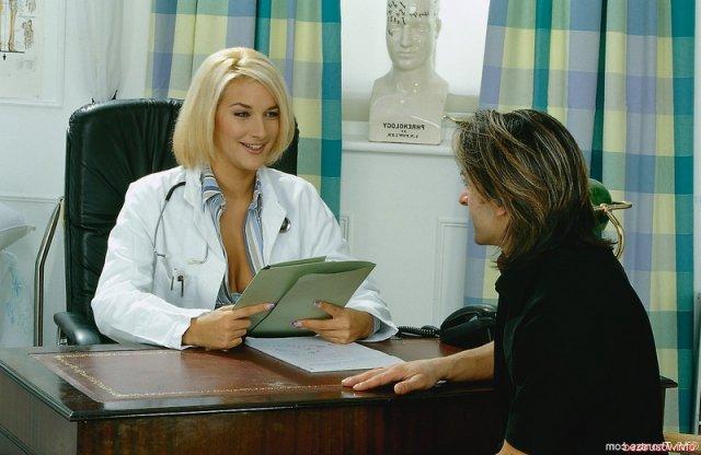 Сексапильная медсестра в чулках трахается в кабинете