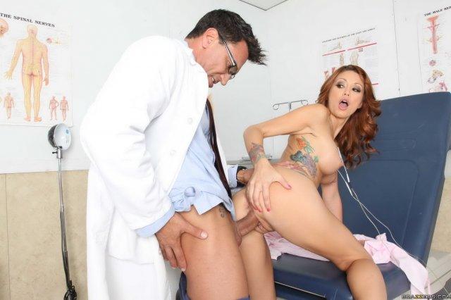 Рыжая медсестра показывает попку и ебётся в больнице