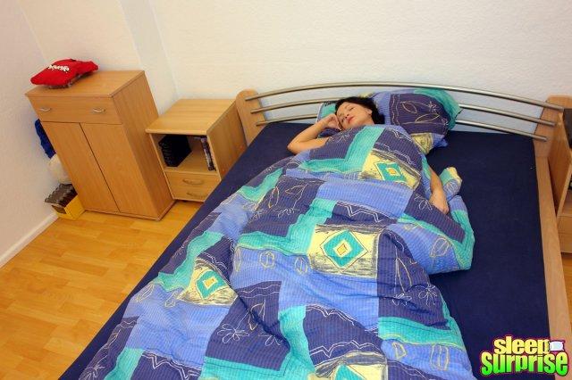 Классный секс во влагалище со спящей женой