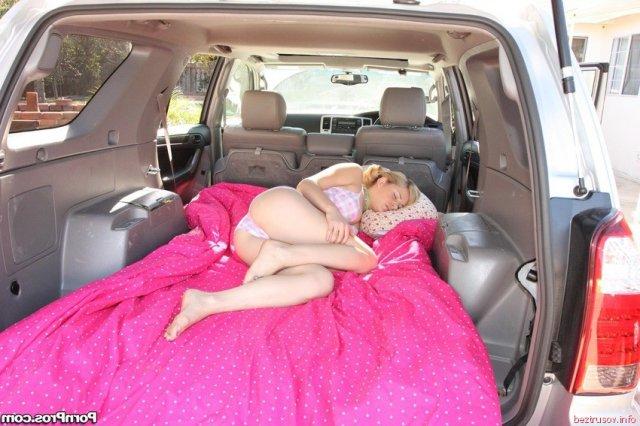 Вагинальный секс со спящей блондинкой в автомобиле