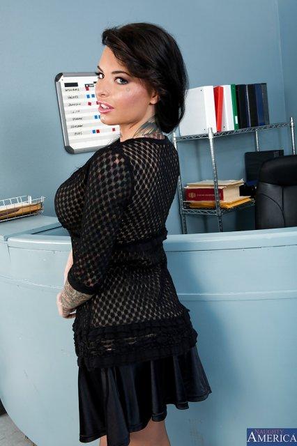 Развратная секретарша с силиконовыми сиськами показывает писю