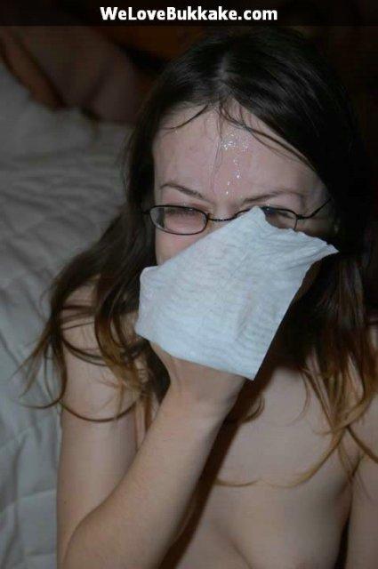 Стройная жена в очках и со спермой на лице