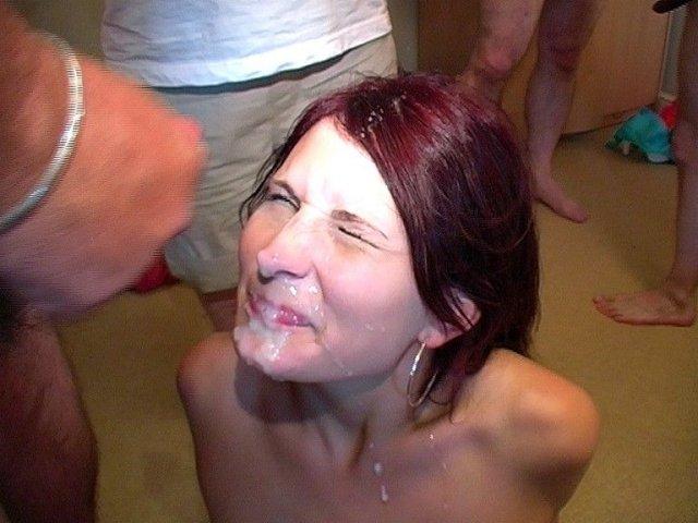 Во время групповушке рыжая сука показывает сперму на лице