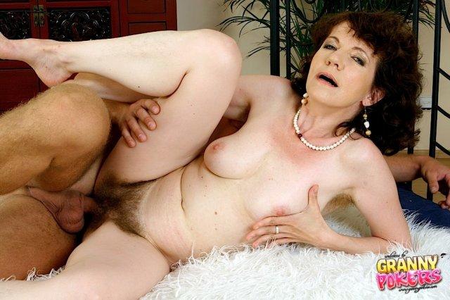 Старая домохозяйка снимает трусики и занимается сексом