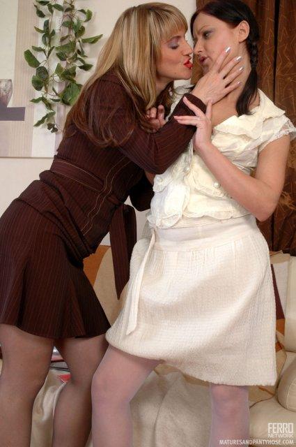 Красивая тётя страстно целует молодую суку