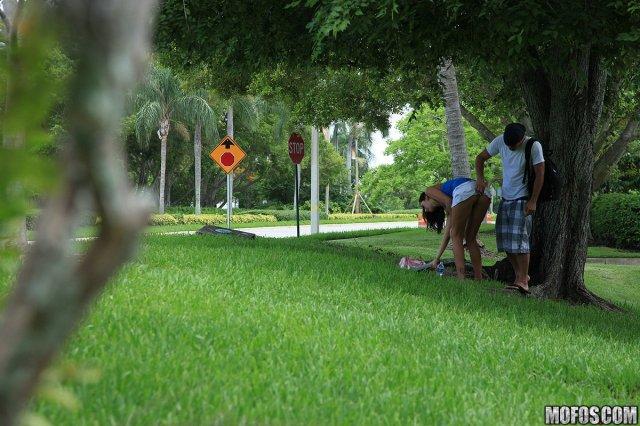 На фото бесплатно молодая сука развела на трах в парке
