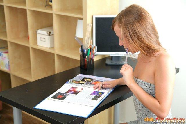 На фотографиях порно малолетки вылизывают киски