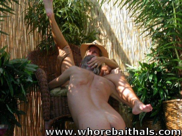 Делает куни после минета в бассейне высокой сисястой женщине