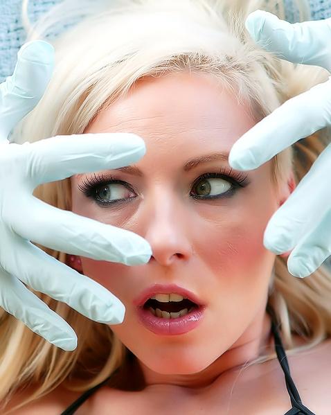 Стройную блондинку в цепях трахает в рот и пизду в БДСМ