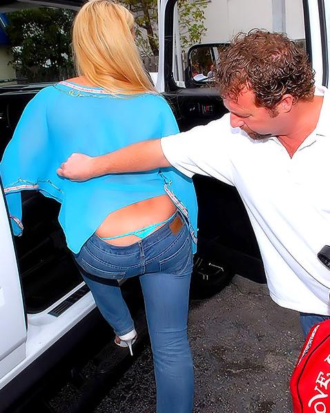 Мастурбирует пилотку блондинке на улице и кончает на титьки