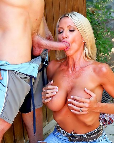 Порно модель блондинка страстно трахается в разных позах в киску