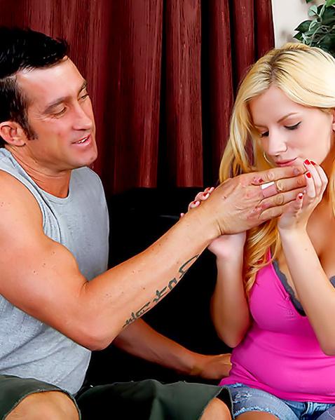Толстым членом трахает блондинку с большой грудью