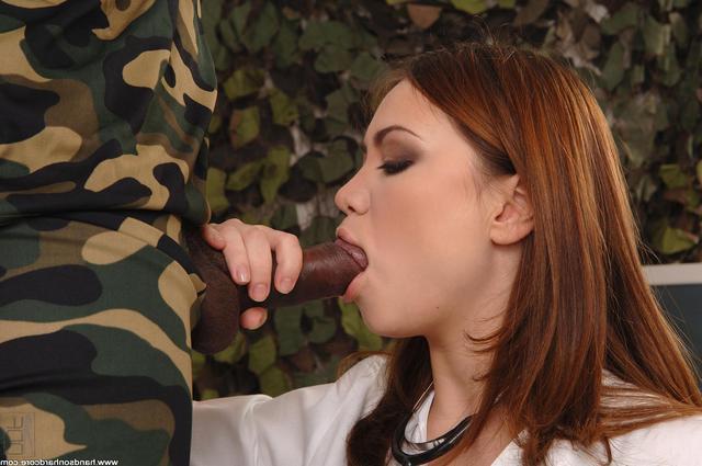 Негр ебёт медсестру в форме в попку и кончает на лицо