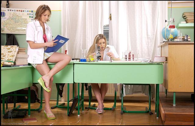 Секс втроём на столе с малышками в белой форме