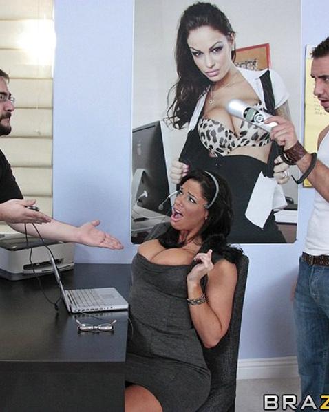 Горячая мамка сосёт и ебётся в офисе на крутом порно