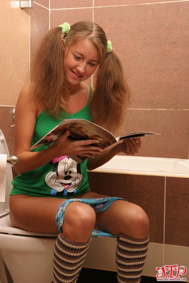 50-ти летний трахает худенькую девушку в туалете