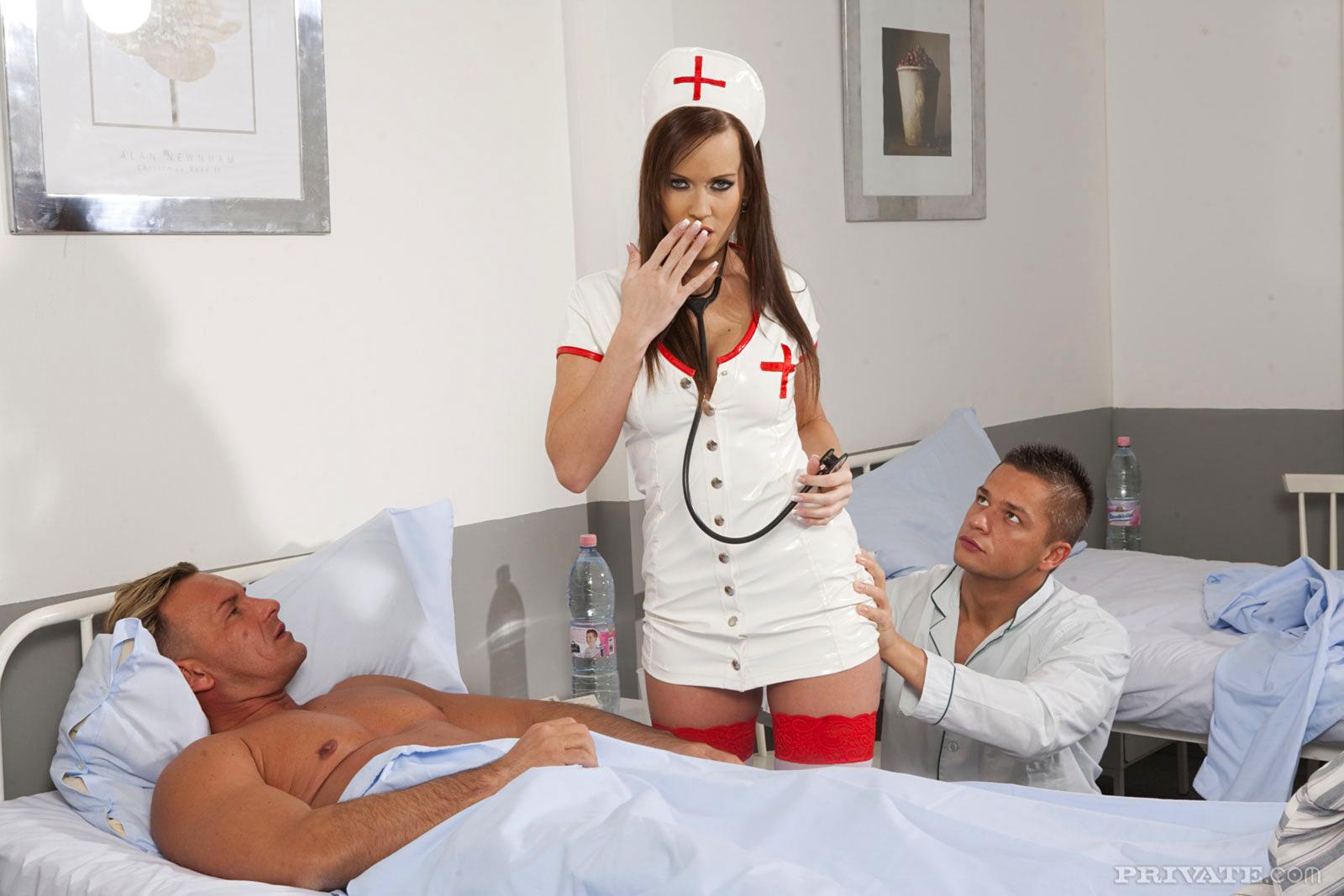 Порно с медсестрой втроем