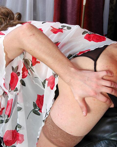 Проститутка трахает парня трансвестита страпоном