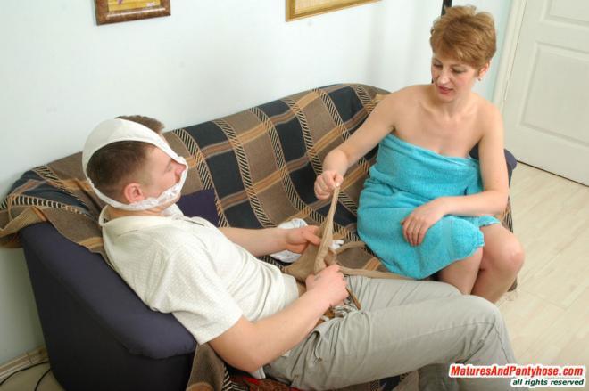 Любовник ебёт зрелую тётку в чулках раком