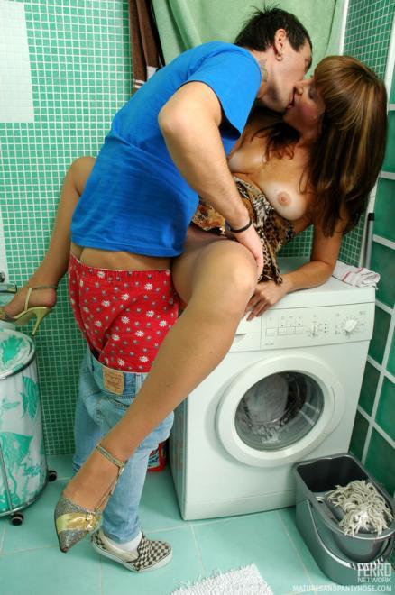 Трахает тётю в платье и колготках в туалете не снимая носков