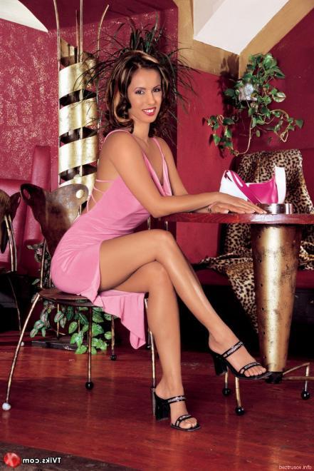 Гламурную актрису на каблуках сношает в попку в баре