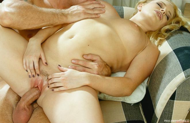Дама блондинка ласкает киску и трахается в позе наездницы