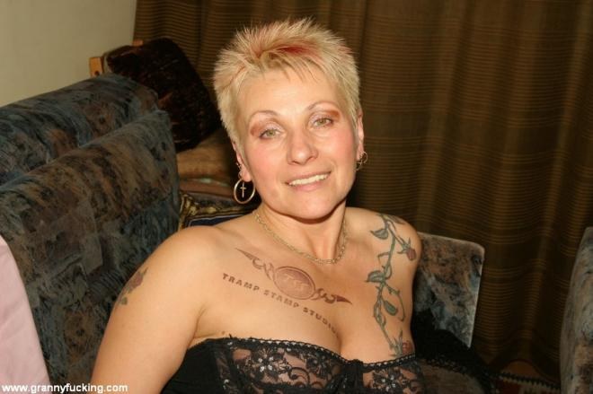 Сперма на волосатой письке 50 летней татуированной красотки в корсете