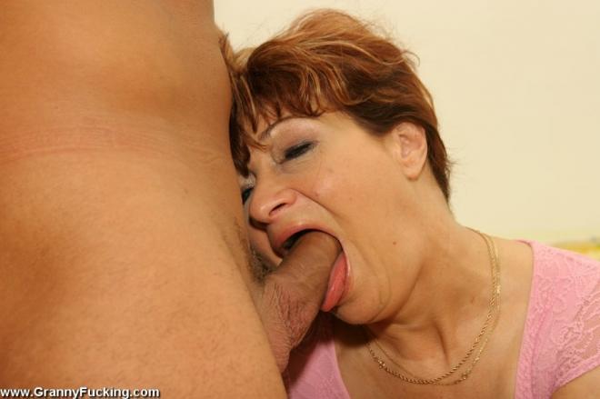 50 летняя баба трахается на камеру и сосёт болт