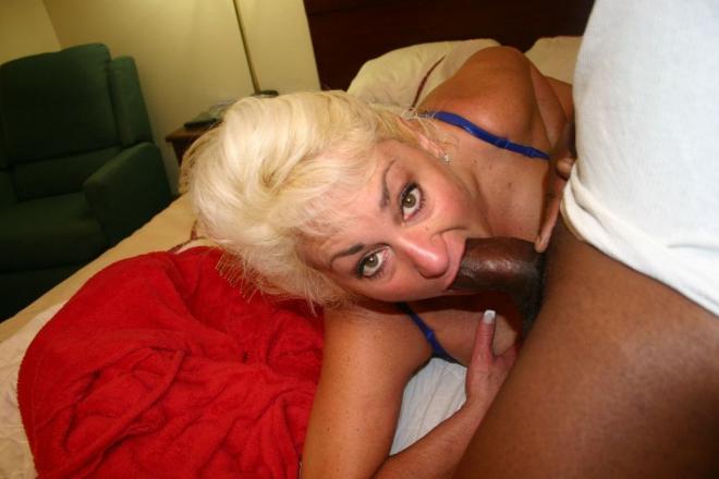 50 летняя горячая сисястая тётка сосёт чёрный хуй
