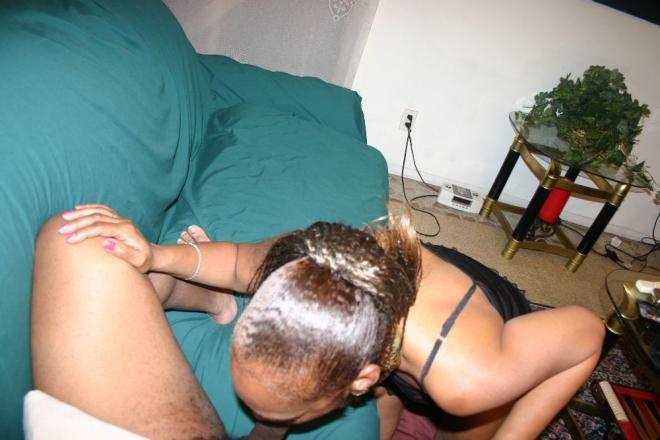 50 летняя негритянка позирует на каблуках и делает горловой минет