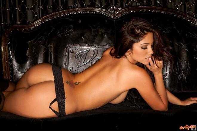 Красотка из Playboy п трусиках и гольфах с голыми титьками