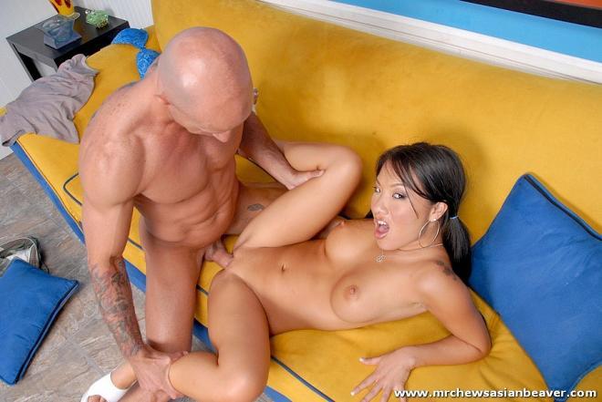 Секс азиатки в короткой юбочке с лысым на диване