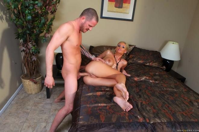 Горловая ебля, анальный фистинг и секс в очко с актрисой