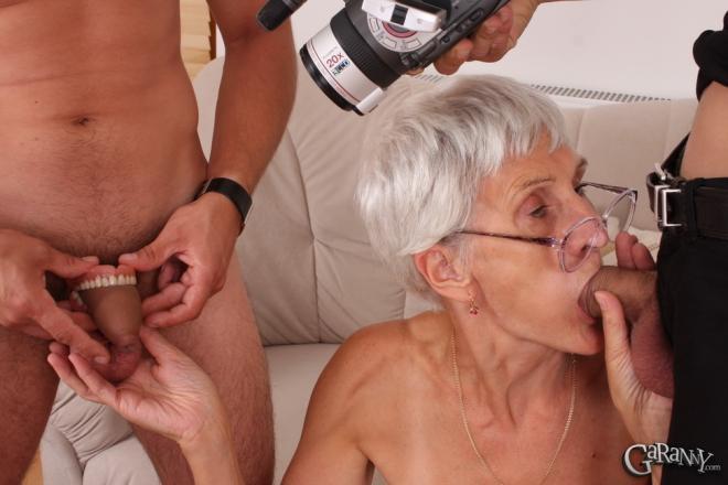 Секс втроём на кровати с худой бабкой