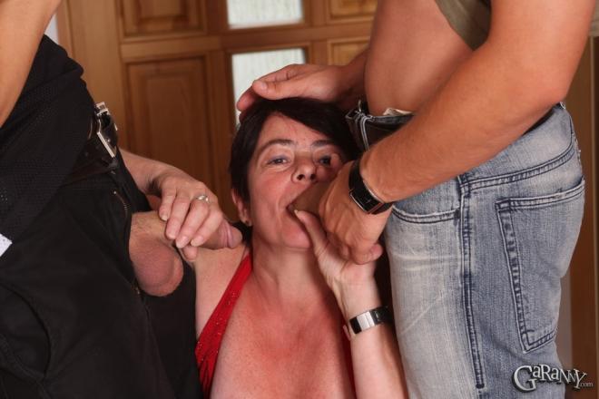 Конча на заднице после ебли бабки в красном платье