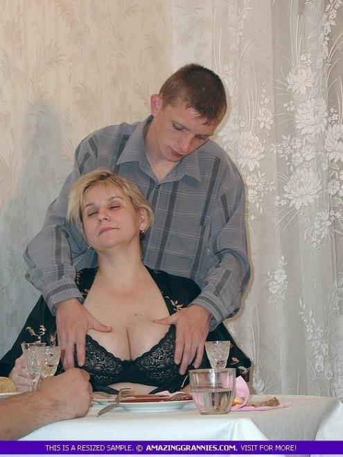 Групповой секс с сисястой бабкой до спермы на лобок