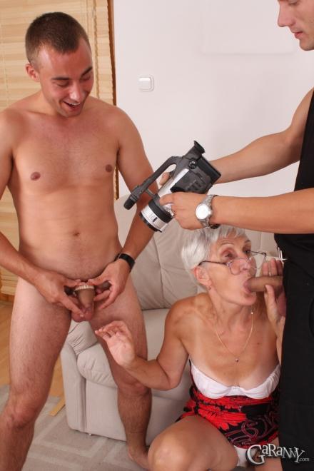 Бабку трахают в вагину с минетом снимая на видео в групповухе