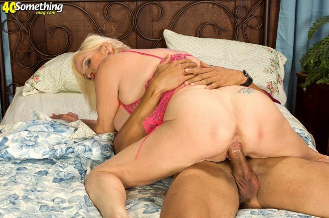 Рыжая бабуля в чулках трахается на диване с внуком