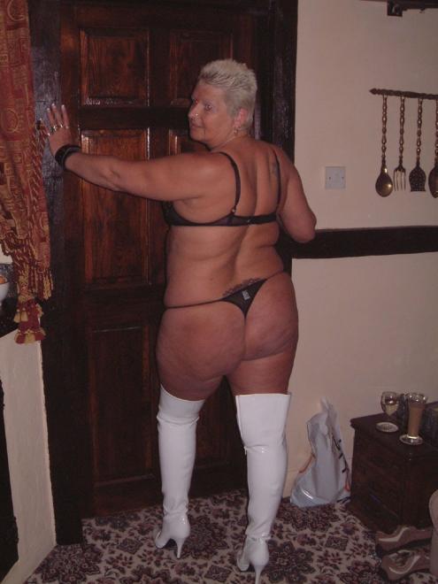 Стриптиз от бабули в БДСМ белье и сапогах с еблей