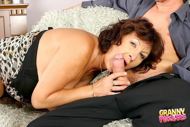 Молодой парень с бабулей занимаетя сексом онлайн