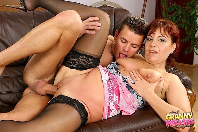После орального секса трахает рыжую бабулю в чулках в киску