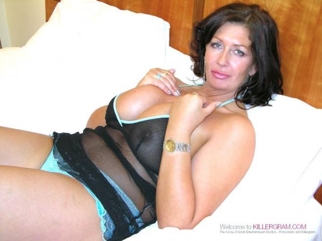Негр трахает горячую бабу в сапогах в отеле