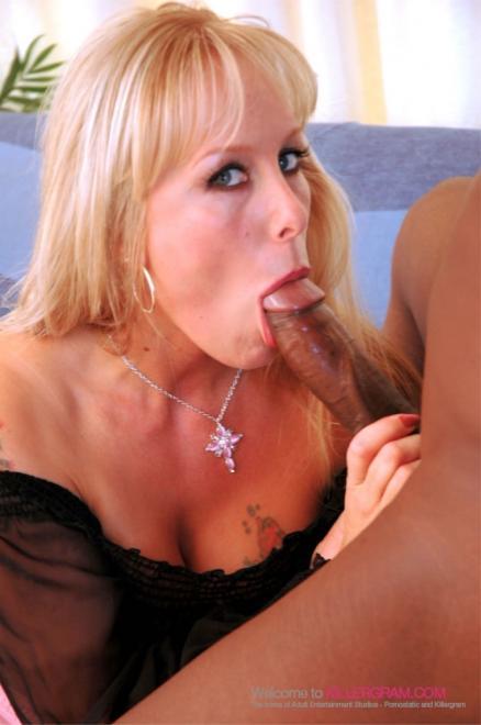 Страстный секс в презервативе с бабой блондинкой и конча в глотку