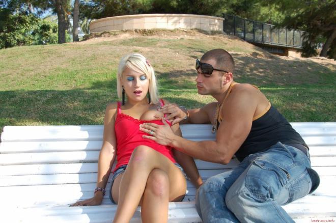 Блондинка с тату и пирсингом в сосках ебётся верхом