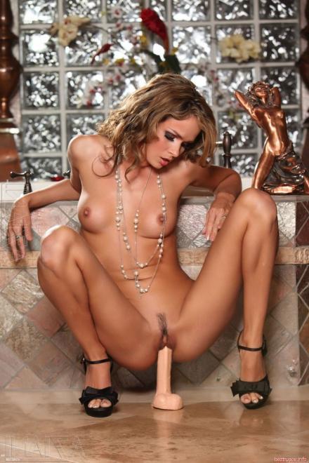 Красивая девушка показывает киску и дрочит фаллоимитатором в душе