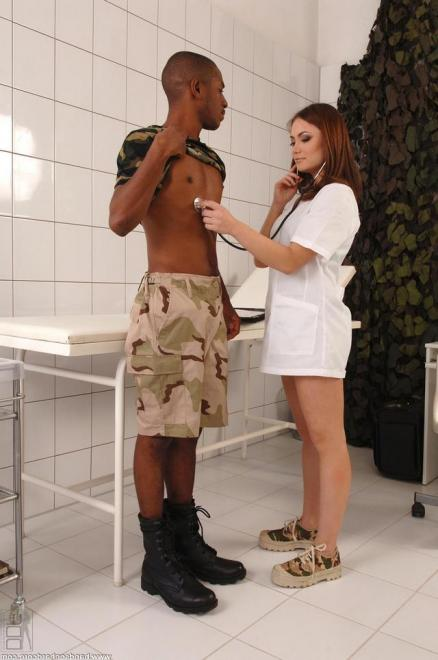 Рыжая девчонка в форме медсестры трахается после орала в больнице